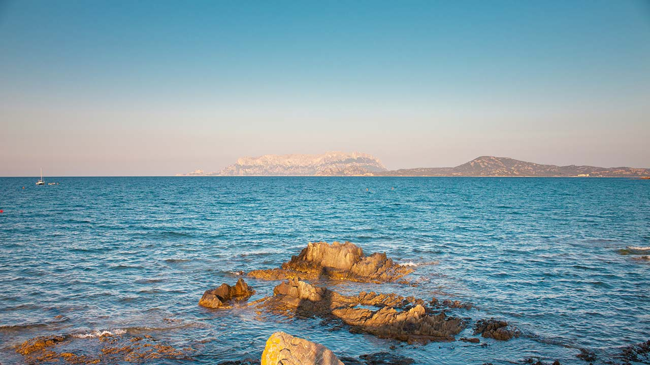 spiaggia di mare e rocce hello olbia
